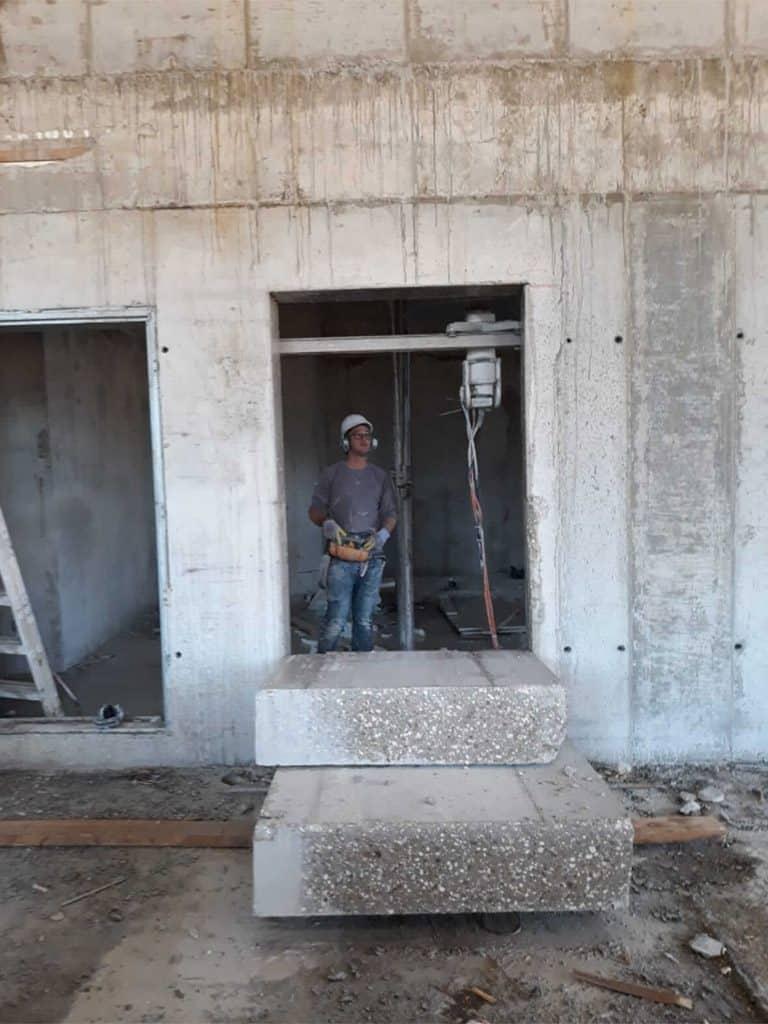 פתיחת דלתות על ידי ניסור בטון
