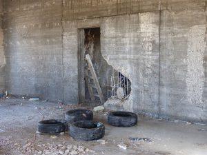 צמיגים תחת הקיר בטון