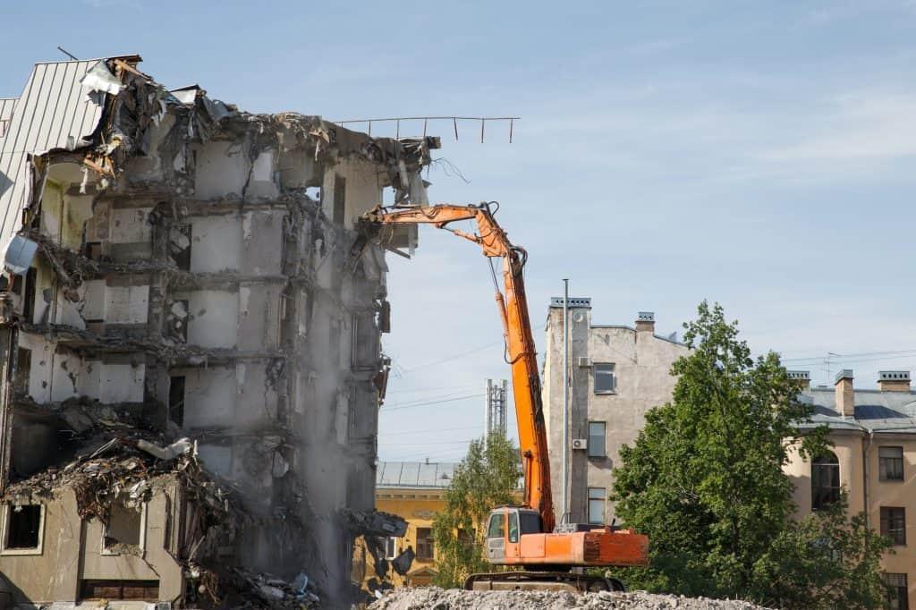 Demolition of building, using hydraulic excavator-destroyer